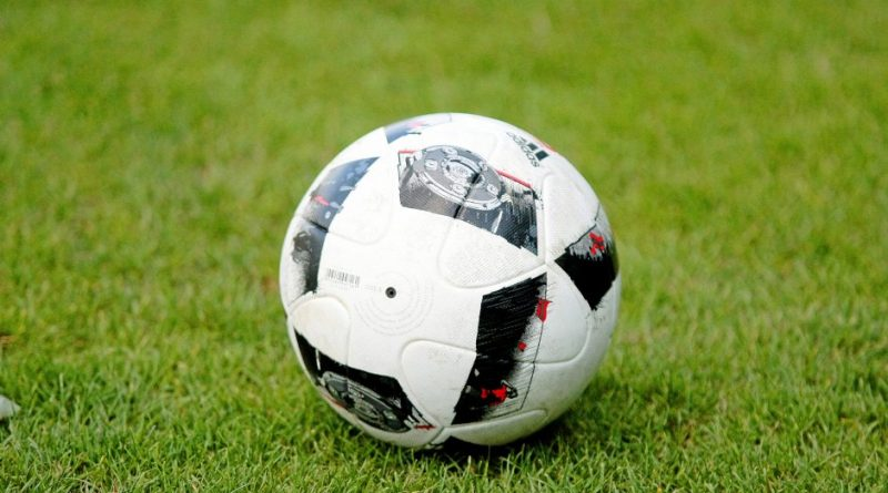 Alle Kicker warten darauf, dass der Ball wieder in der Meisterschaft rollt. Auch in den Bezirksligen – die am Niederrhein durch die Corona-Pandemie aufgestockt werden musste. Foto: Frank Oppitz / FUNKE Foto Services