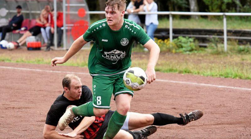 Fabian-Lukas Embers (vorne) gelang der Ausgleich für SV Schwafheim gegen Concordia Ossenberg (schwarz). Foto: Michaelis, Judith / FFS