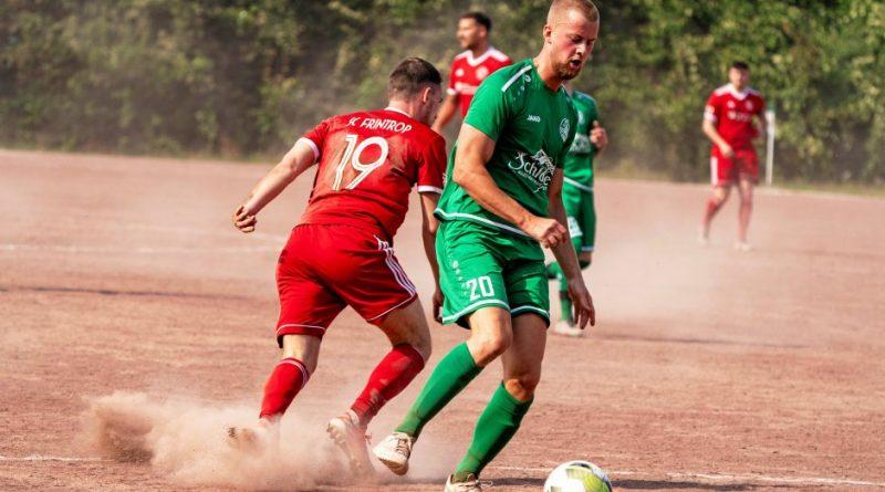 Eine staubige Angelegenheit: Fußball-Bezirksligist SV Schwafheim hatte den SC Frintrop (rot) zu Gast. Paul Beckemeier (rechts) kann sich hier gegen Andreas Kewe durchsetzen. Foto: Arnulf Stoffel / FUNKE Foto Services