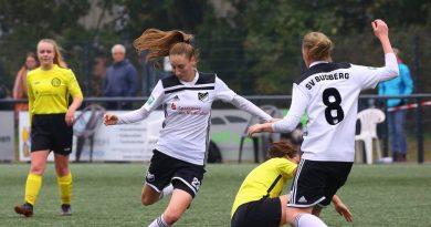 Lara Köchl (am Ball) brachte den SV Budberg gegen den GSV Moers in der 37. Minute in Führung. Foto: Fischer, Armin (arfi )/Fischer, Armin ( arfi )