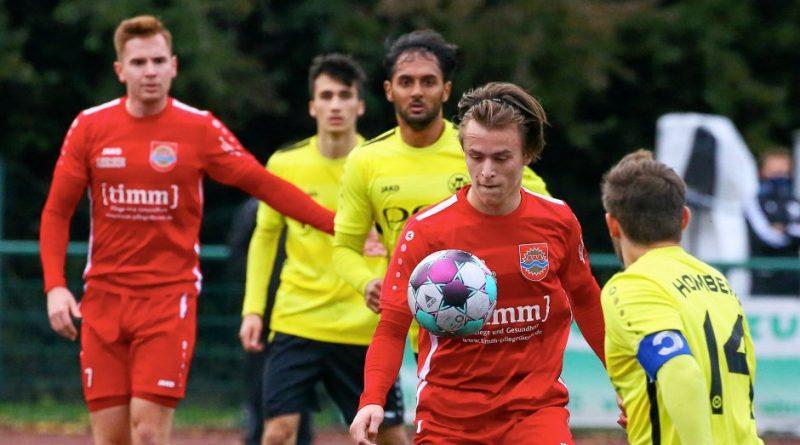 Luca Janßen (am Ball) trifft für den SV Sonsbeck II beim 5:1 über den VfB Homberg II zum 2:0. Foto: Fischer, Armin ( arfi ) / Fischer, Armin (arfi )