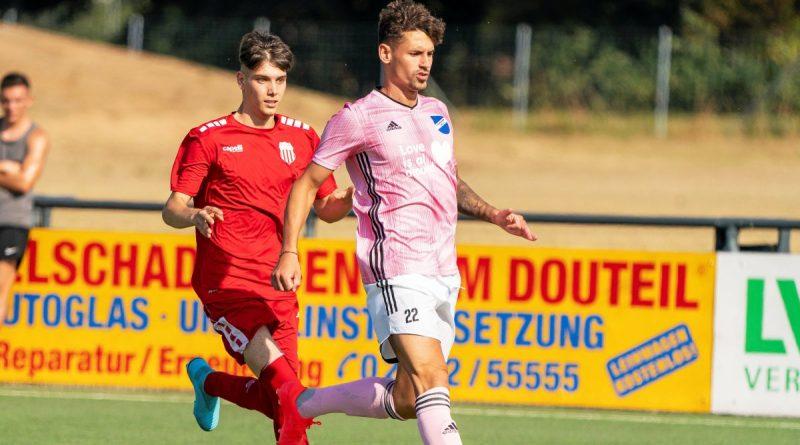 Auch das Landesligaderby mit dem SV Scherpenberg (rosa) und Fichte Lintfort, wie hier im vergangenen August beim P&P-Cup, gibt es vorerst nicht. Foto: Arnulf Stoffel / FUNKE Foto Services