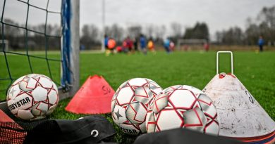 Bälle und Hütchen sind bei den Jugendfußballern schon im Einsatz, die Senioren müssen noch warten. Foto: Lars Fröhlich / FUNKE Foto Services