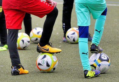 Fußball am Niederrhein: Die Bälle ruhen demnächst auch wieder bei den Kindern und Jugendlichen. Foto: Jürgen Theobald / FUNKE Foto Services
