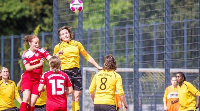 Im August 2014 empfingen die Regionalligafrauen vom GSV Moers (gelb), hier mit Patricia Michalak im Kopfballduell, in der ersten Runde des DFB-Pokals den FFC Magedburg.