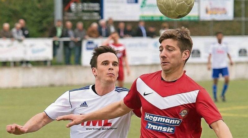 Andreas Isailovic (rechts), hier im Jahr 2013 im Oberliga-Duell des SV Sonsbeck gegen die SF Baumberg, kehrt dem Fußball künftig den Rücken. Foto: Ralph Matzerath