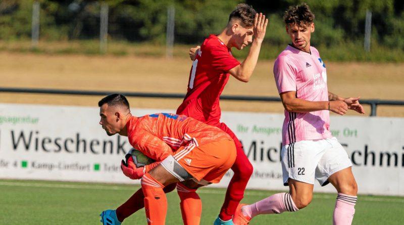 Das Derby Fichte Lintfort (rot) gegen den SV Scherpenberg hat es im vergangenen Jahr nur beim P&P-Cup in Kamp-Lintfort gegeben. In der Landesliga-Meisterschaft war die Partie am 6. Dezember geplant, wurde coronabedingt aber gestrichen. Foto: Arnulf Stoffel / FUNKE Foto Services