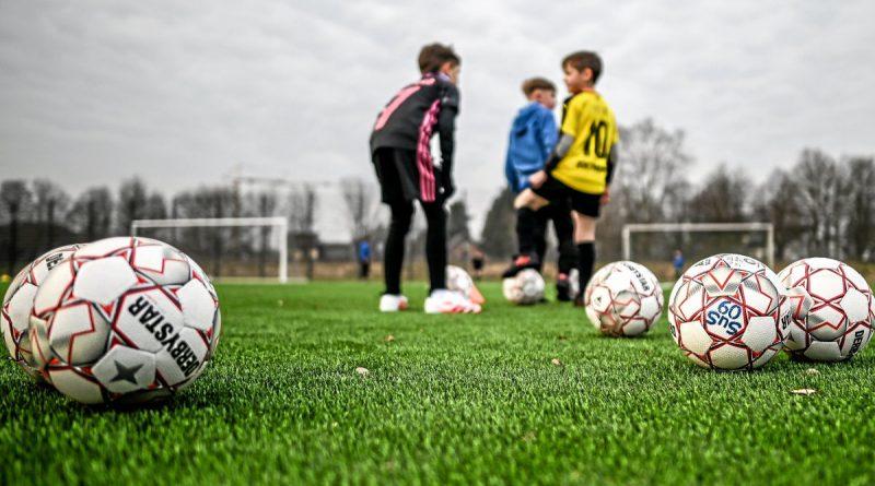Bald rollt der Ball wieder für die Amateurfußballer und den Nachwuchs – nicht nur im Training, sondern auch im Ligabetrieb. Foto: Lars Fröhlich / FUNKE Foto Services