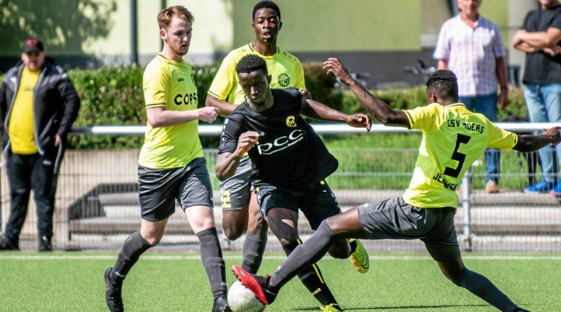 Drei Fußballer des GSV Moers versuchen hier, den Homberger Marmadou Billo Kante (schwarzes Trikot) auszubremsen. Foto: Volker Herold / FUNKE Foto Services