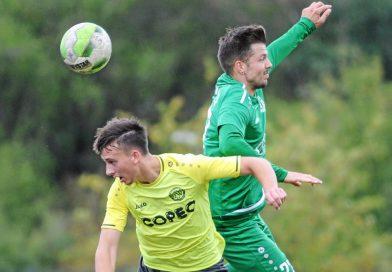 Duellieren sich weiter in der Fußball-Bezirksliga: der GSV Moers (in Gelb) und der SV Schwafheim. Foto: Oleksandr Voskresenskyi / FUNKE Foto Services