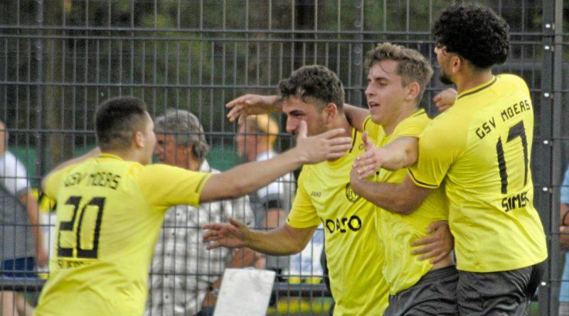 Beim Viertelfinalsieg in Budberg jubelten am Ende die gelb-schwarzen Moerser GSV-Spieler. Foto: Olaf Ostermann