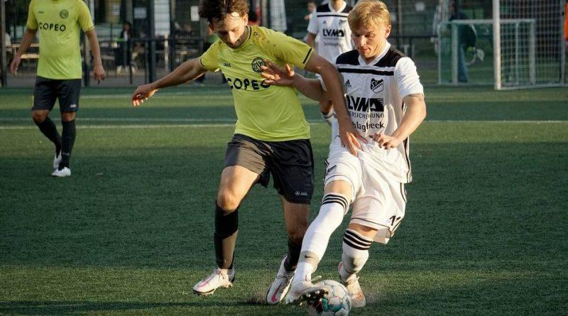 Der SV Budberg (weiße Trikots) fand gegen den GSV Moers erst spät ins Spiel – zu spät, um das Viertelfinale für sich zu entscheiden. Foto: Ostermann, Olaf (oo)