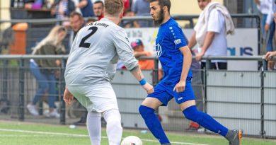 Der VfL Repelen, hier mit Mohamed Ouennane (rechts) im Achtelfinale bei der DJK Lintfort gegen Sascha Schmotzer, hat sich beim 3:2-Erfolg schwer getan. Nun wartet der FC Neukirchen-Vluyn. Foto: Arnulf Stoffel / FUNKE Foto Services