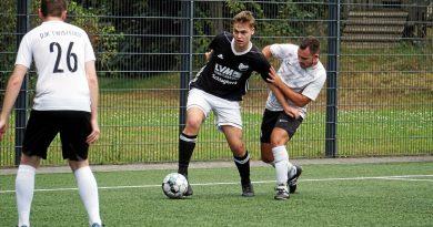 Zwei Treffer für den SV Budberg gegen die DJK Twisteden: Moritz Paul (in Schwarz am Ball). Foto: Olaf Ostermann