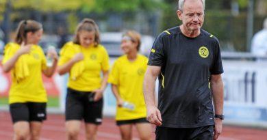 GSV-Trainer Eckart Schuster ist schon nach einer ganz schwachen ersten Halbzeit seiner Gelb-Schwarzen bedient. Foto: Oleksandr Voskresenskyi / FUNKE Foto Services