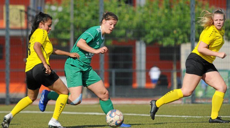 Jaquelin Hubertina Theodorus (links) versucht hier Anje Blumhagen von Vorwärts Spoho Köln zu stoppen. Am Ende sicherten sich die GSV-Frauen (gelb) ihren ersten Punkt.
