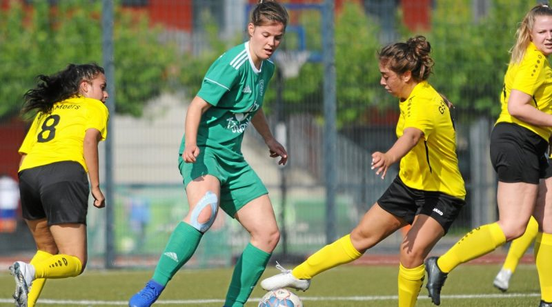 Senem Temiz (rechts) behauptet hier für den GSV Moers (gelb) den Ball gegen Anje Blumhagenvon Vorwärts Spoho Köln. Foto: Oleksandr Voskresenskyi / FUNKE Foto Services