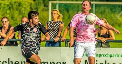 Im jüngsten Finale um den Kreispokal des Fußballkreises Moers setzte sich Philipp Hasse (l.) und Fichte Lintfort gegen den SV Scherpenberg mit Ex-Profi Nico Kloth (r.) mit 1:0 durch. Foto: Rainer Hoheisel / FUNKE Fotos Services