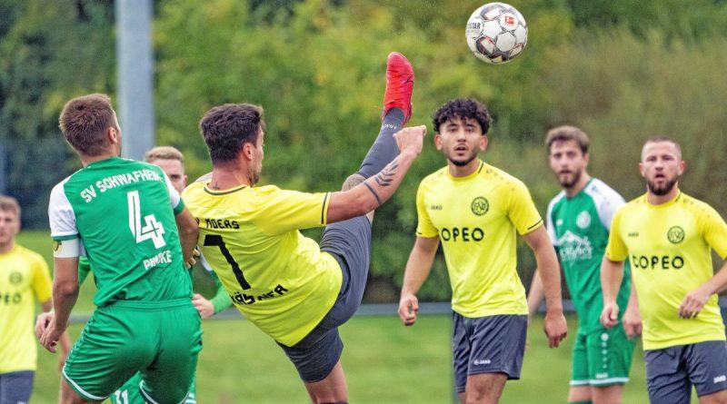 Der GSV Moers, hier Tobias Kästner (7) fast am Ball, hatte im Moerser Bezirksliga-Derby gegen den SV Schwafheim das bessere Ende beim 3:1 für sich. Foto: Arnulf Stoffel / FUNKE Foto Services