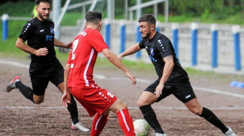 Valdet Totaj (rechts) sorgte gegen den SV Menzelen für den 4:1-Schlusspunkt im Andreas-Thiemann-Kreispokal. Foto: Oleksandr Voskresenskyi / FUNKE Foto Services